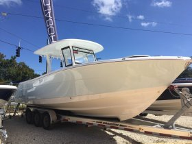 New 2019 Robalo 302 Center Console Power Boat for sale
